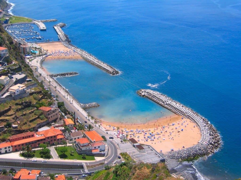 Strand und Yachthafen Calheta Biild: Don Amaro CC BY 2.0